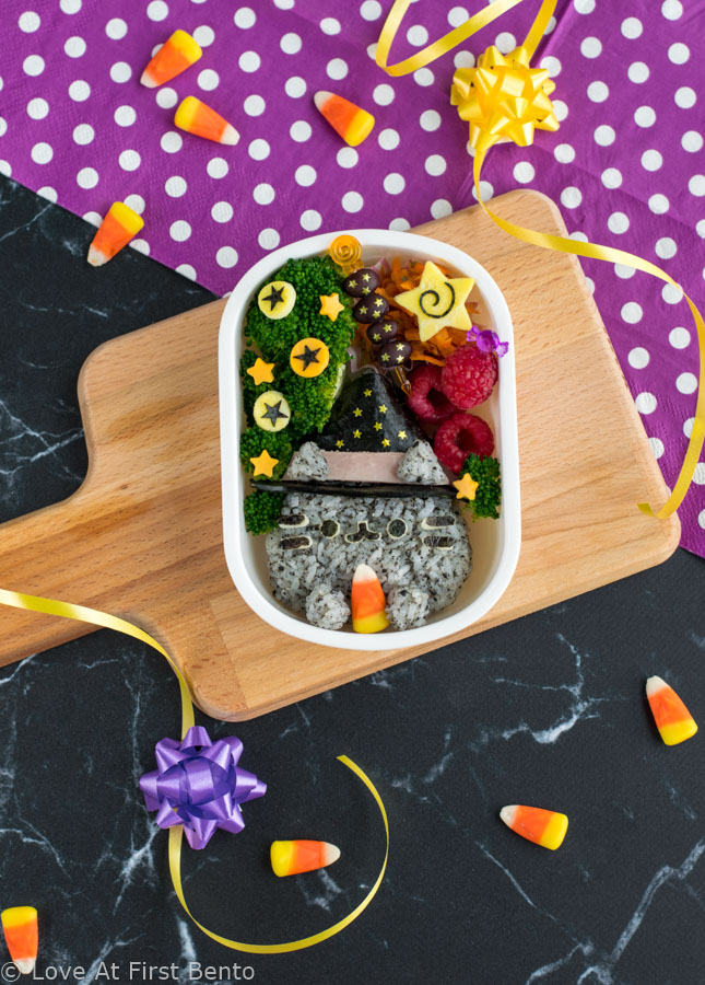 "Witch Pusheen Halloween Bento Box - Make a Halloween lunch that's so cute, it's scary, thanks to the always adorable Pusheen the Cat! You won't be able to guess the 2 kitchen ""magic tricks"" used to make preparing this bento way faster & easier. Get the step-by-step instructions + video tutorial for this bento at: loveatfirstbento.com 