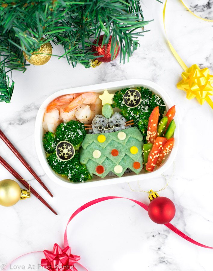 Christmas Tree Pusheen Bento Box - Based off the Holiday Pusheen Surprise Blind Box design, this festive Pusheen the Cat bento is made from naturally dyed rice & egg. Plus, learn how to make colored egg crepes like a pro with 4 super easy tips & tricks. | loveatfirstbento.com {kyaraben, character bento}